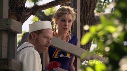 Modern Family - 2x24-b