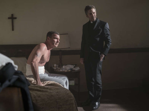 Liev Schreiber as Ray Donovan and Leland Orser as Father Romero in RAY DONOVAN (Season 4, Episode 01). - Photo:  Michael Desmond/SHOWTIME - Photo ID:  RayDonovan_401_4133.R